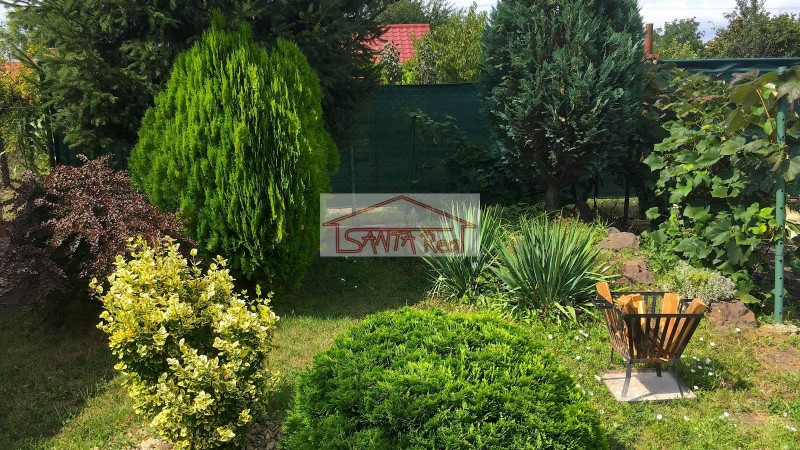 Krásna záhradka s rekreačným domčekom priamo v Leviciach