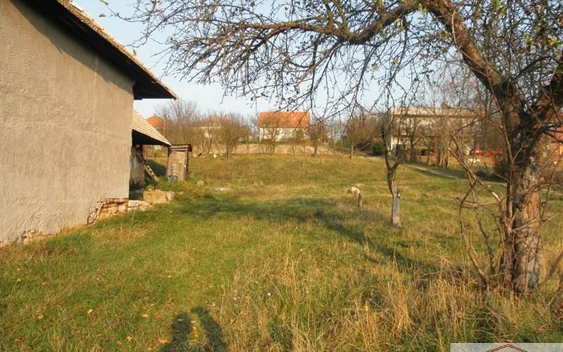 Pozemok so starším RD, v Santovke